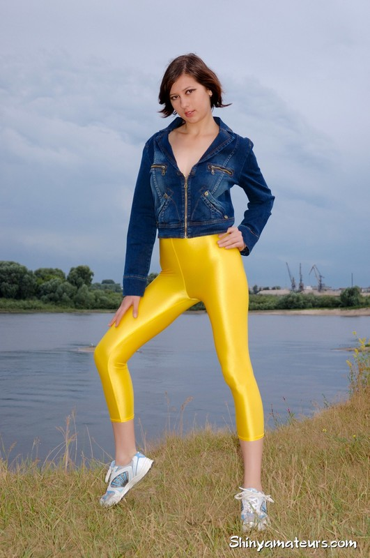 topless girl Dasha G yellow yogapants gallery