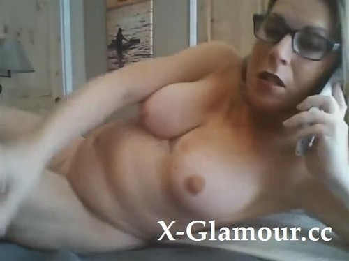 Amateurs - Mature Bombshell Masturbating Nude While Talking Over The Phone [SD/720p]