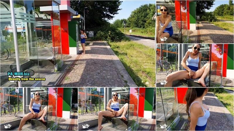 lilly-lil - Public mitten auf dem Bahnsteig [FullHD 1080P]