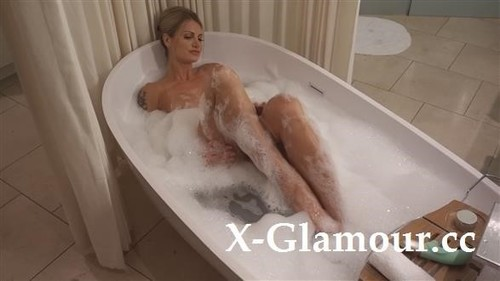 Biggest Facial I Have Ever Received! In The Tub. [FullHD]