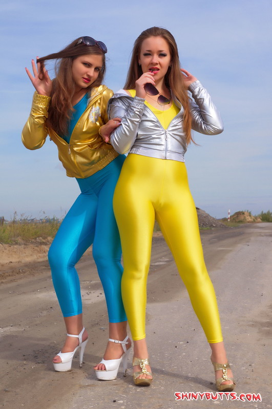 lesbian teens Anna & Dina kinky leggings photos