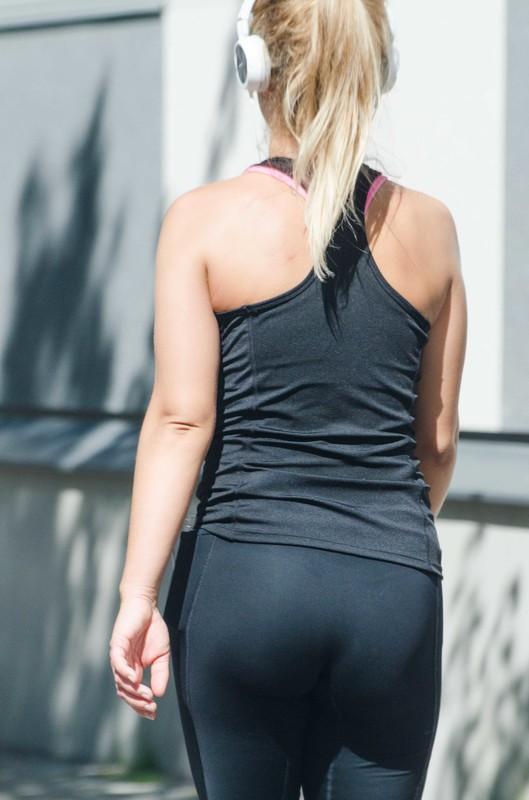 gorgeous milf in black tight yogapants