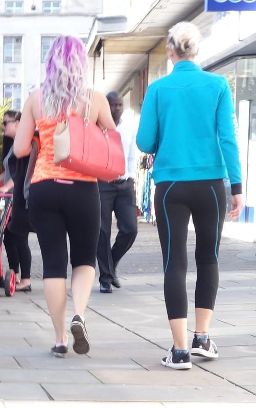 2 fit lesbian girls in yogapants