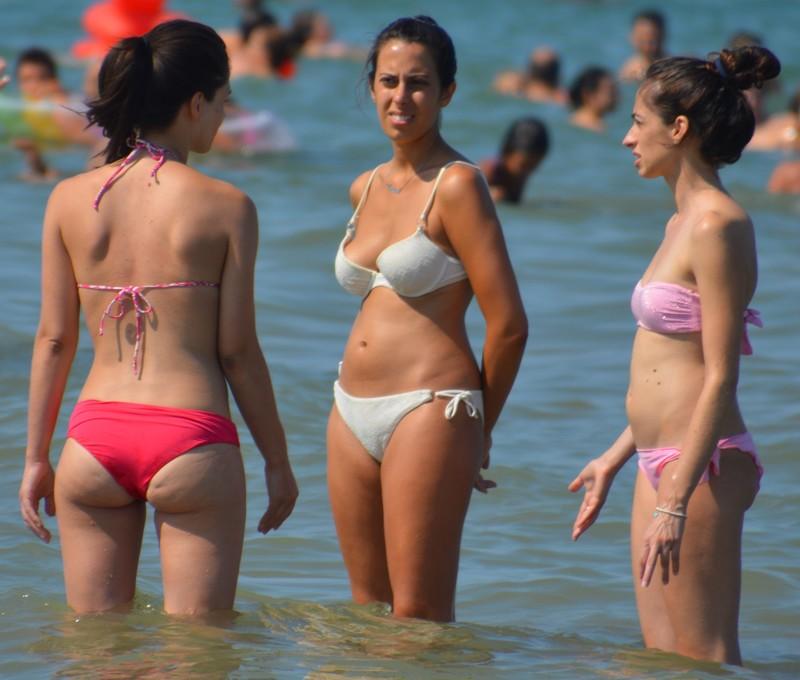 3 lovely milfs bikini voyeur pics