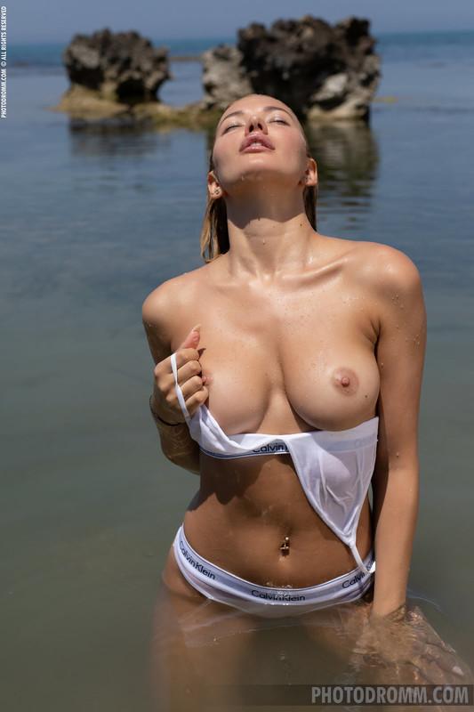 Fabiana - naked in the ocean