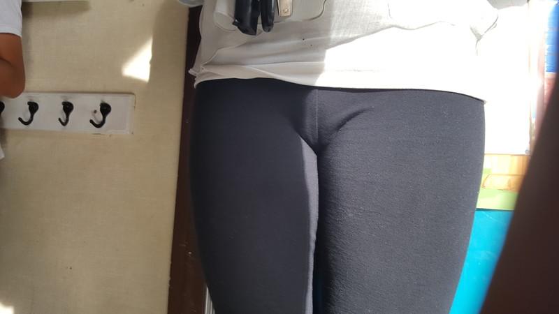 hot pawg chick leggings & cameltoe pics