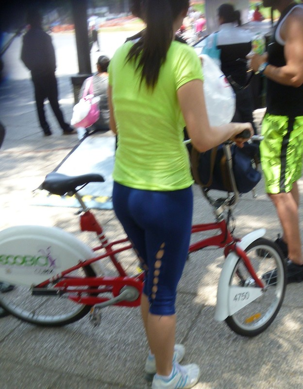hot cyclist chick in sexy blue yogapants