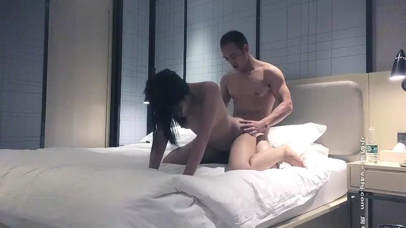 黄先生今晚硬邦邦约了个牛仔裤妹子,穿上黑丝69姿势舔逼大力抽插