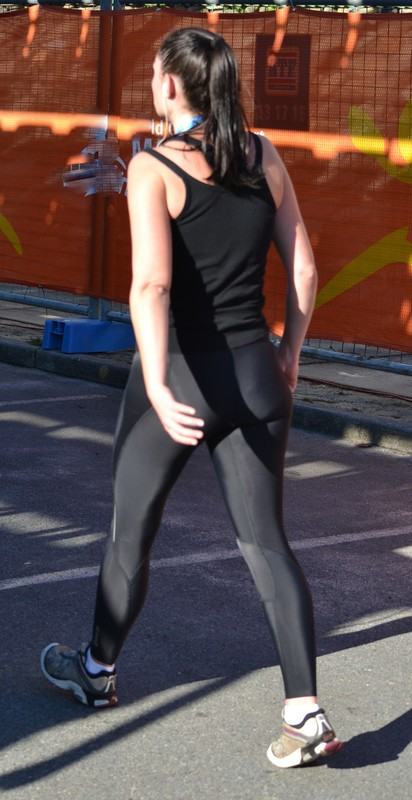 gorgeous marathon lady in shiny yogapants