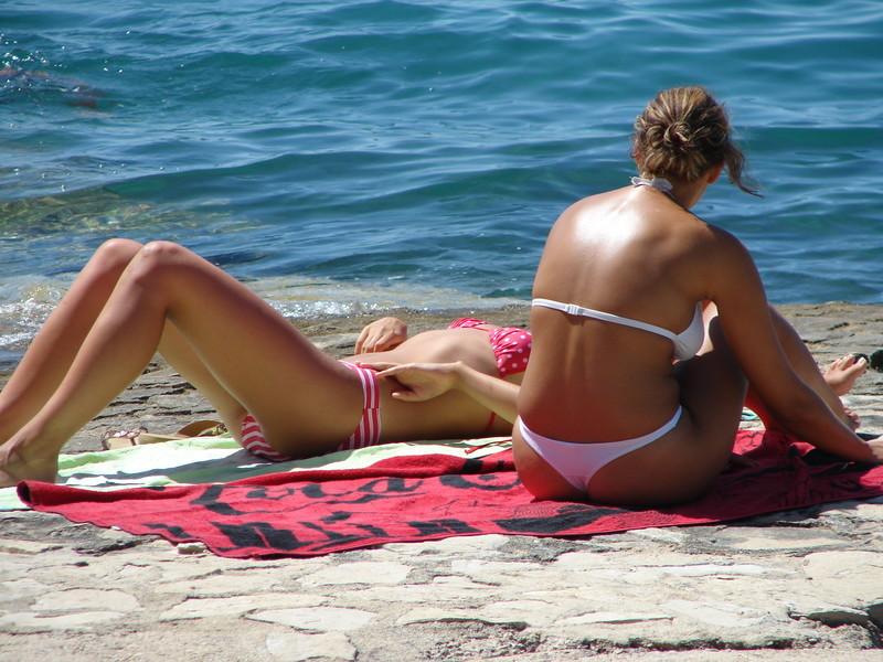 2 hot lesbian girls naughty bikini spy pics