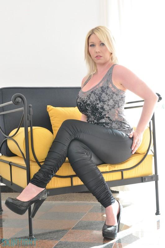 busty blonde woman Lyla Ashby leggings fetish gallery