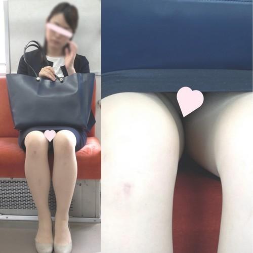[4K動画][顔出し]清楚な真面目美人OLさんのピンクパ〇ツ丸見えドアップ、2アングル[ドアップあり]電車からの風景~