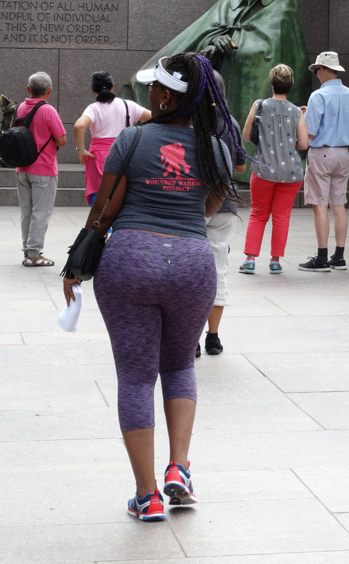 ebony milf booty in kinky yoga pants