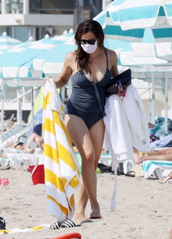 curvy babe Jennifer Garner in 1 piece swimsuit
