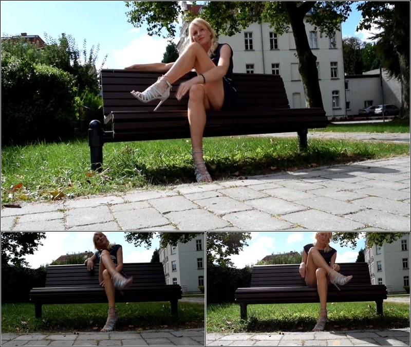 Upskirt No Panties  4585